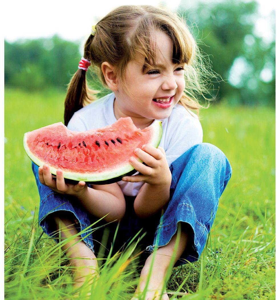 MB-Eating enfant mangeant une pastèque